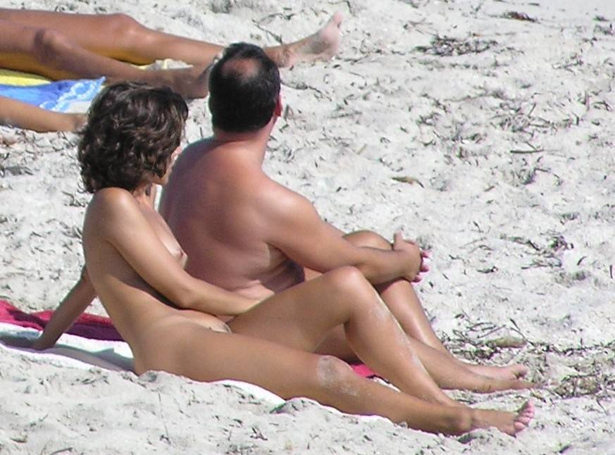 Para nudystów na hiszpańskiej plaży. Opalanie na białym piasku.
