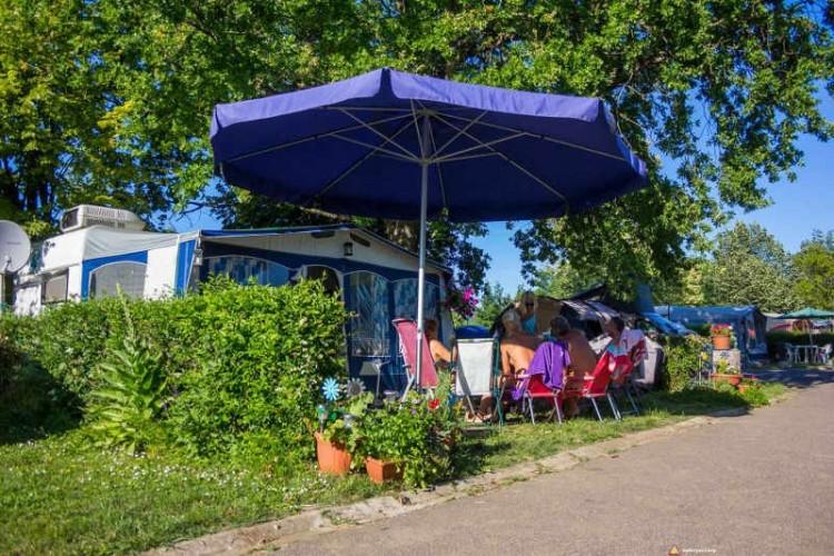 Naturyści pod parasolem na kempingu naturystycznym Levendula nad Balatonem