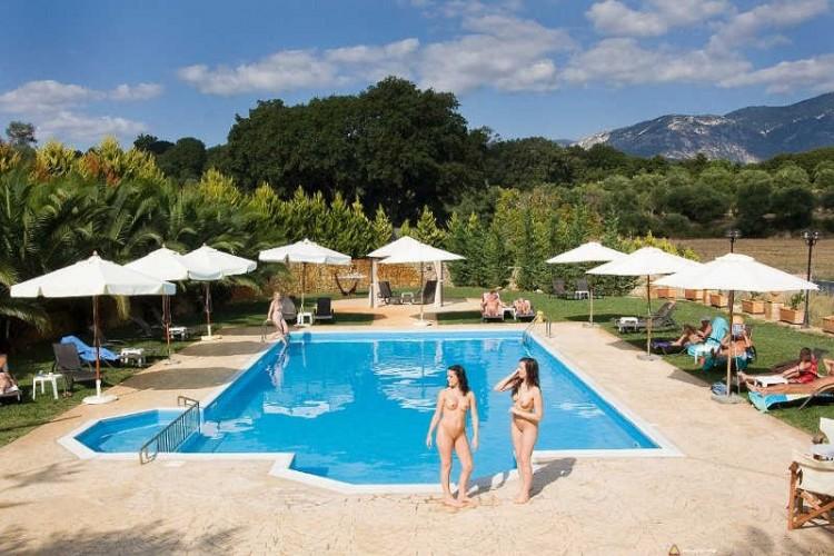Naturystki na basenie w Grecji