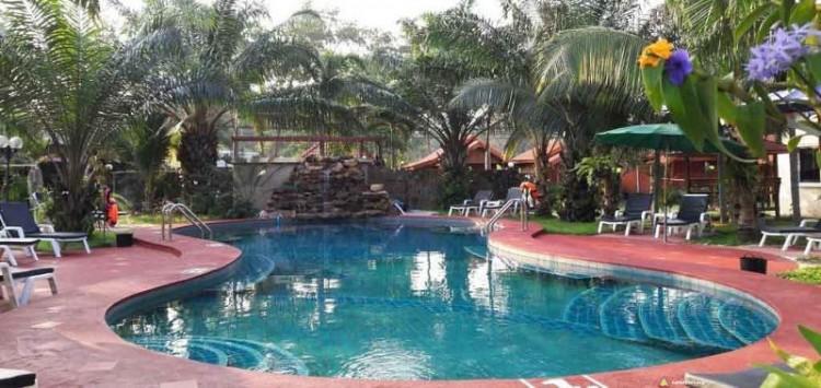 Spory basen w wiosce naturystycznej w Pattaya w Tajlandii
