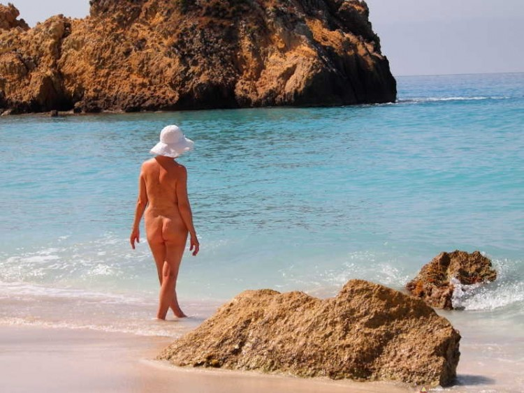 Naturystka na plaży w Grecji