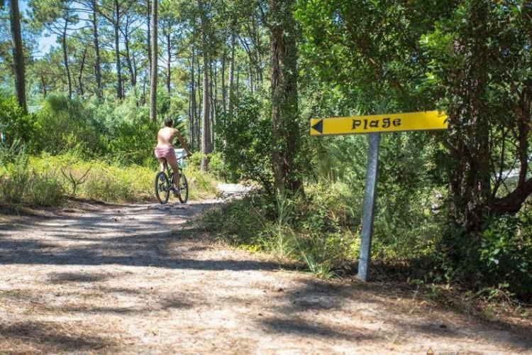Jazda rowerem na kempingu dla naturystów we Francji