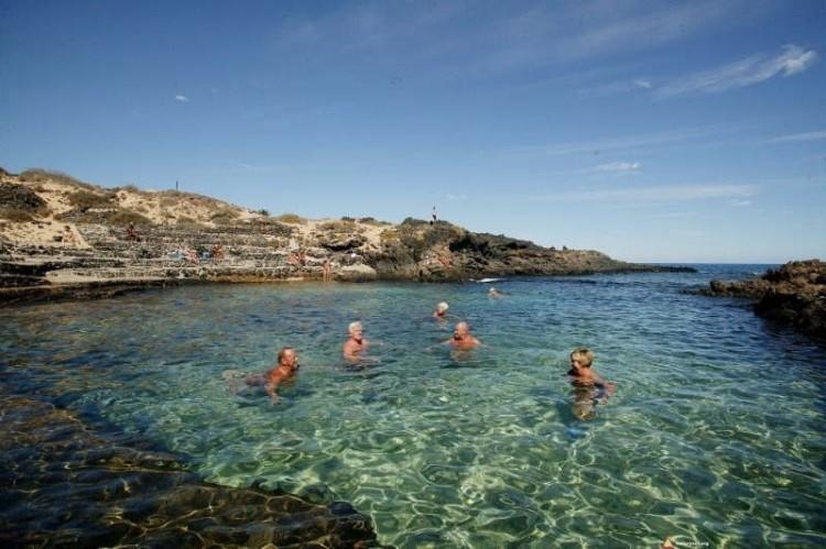 Naturyści zażywają kąpieli w skalnym basenie