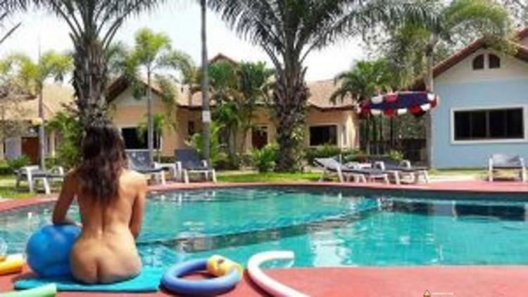 Naturystka na basenie