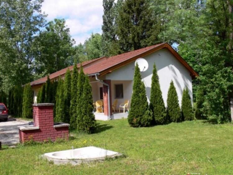 Murowane domki na terenie ośrodka dla nudystów