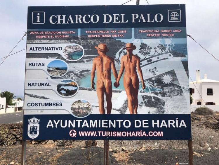 Tablica przed wjazdem do Charco del Palo