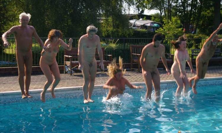 Naturyści skaczą do basenu z wodą