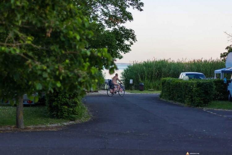 Przejażdżka rowerem po kempingu naturystycznym Levendula nad Balatonem