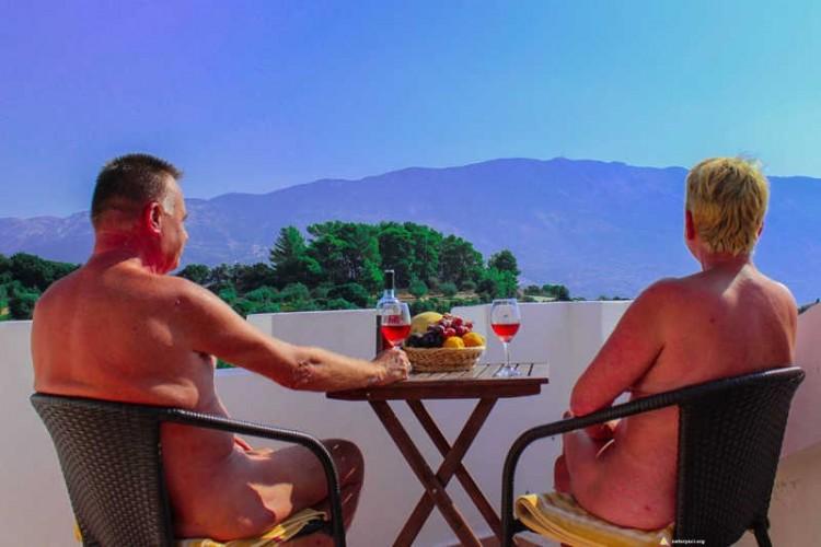 Para naturystów odpoczywa na tarasie w Grecji
