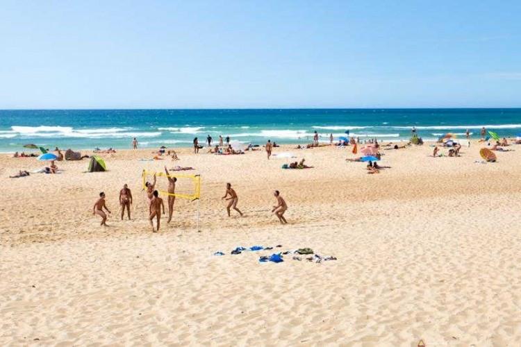 Piaszczysta szeroka plaża dla naturystów we Francji