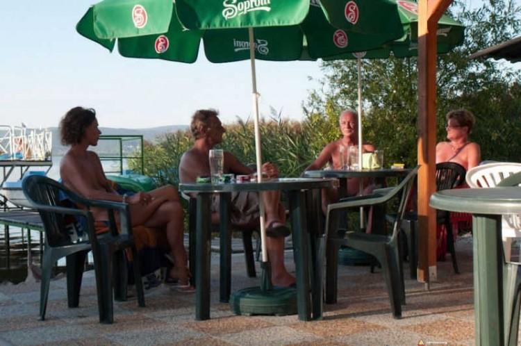 Goście ośrodka dla naturystów na Węgrzech