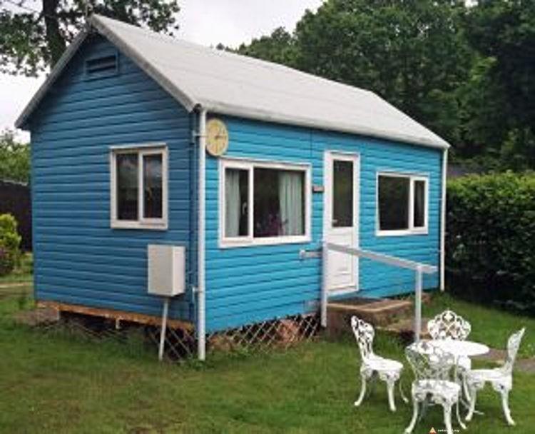 Niebieski domek dla naturystów