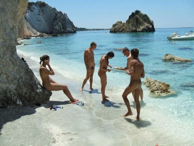 Grupa młodych naturystów na plaży w Grecji