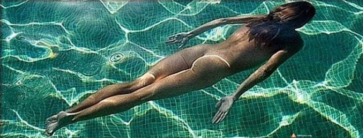 Naturystka w hotelowym basenie